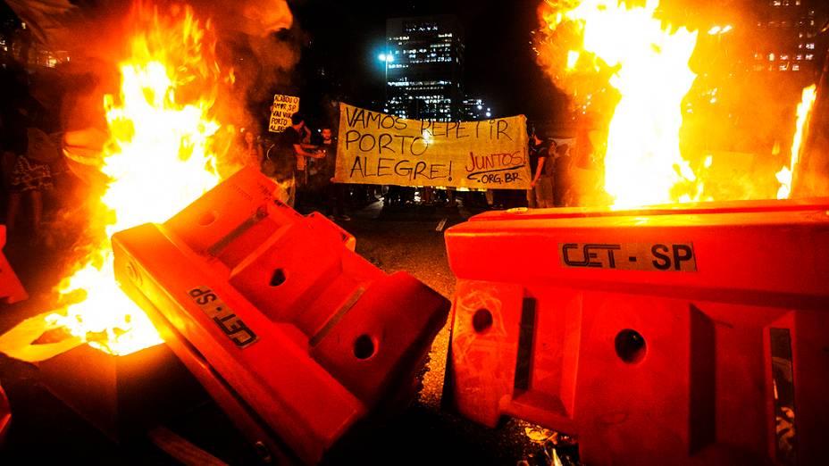Protesto contra o aumento da passagem do ônibus de São Paulo de R$ 3 para R$ 3,20, manifestantes usam fogo para interditar avenidas no centro da capital paulista