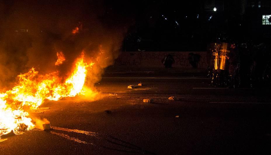 Polícia usou bombas de gás para dispersar cerca de 500 manifestantes, que protestaram contra o aumento das passagens de ônibus e de metrô na capital