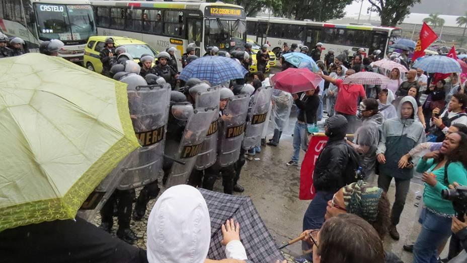 Porfessores protestam frente ao prédio da prefeitura, no Rio