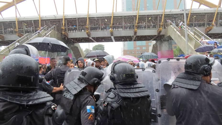 Policiais e professores entram em confronto durante protesto em frente ao prédio da prefeitura, no Rio