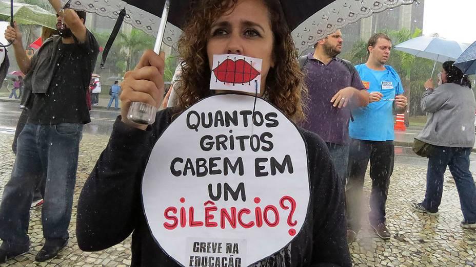 Professores entram em greve e protestam em frente ao prédio da prefeitura, no Rio