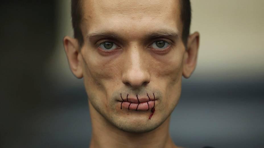 O artista russo Pyotr Pavlensky costurou os lábios em protesto contra a prisão de integrantes da banda punk feminina Pussy Riot