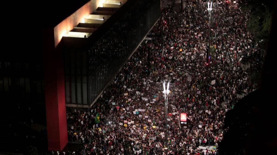 São Paulo - Manifestantes ocupam a Avenida Paulista em frente ao vão livre do Masp na noite de segunda-feira, 17