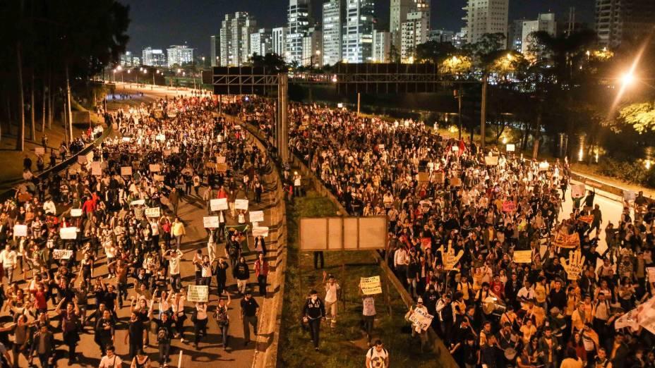 São Paulo - Manifestantes caminham pela Marginal Pinheiros, na zona oeste de São Paulo, em direção ao Palácio dos Bandeirantes na segunda-feira, 17