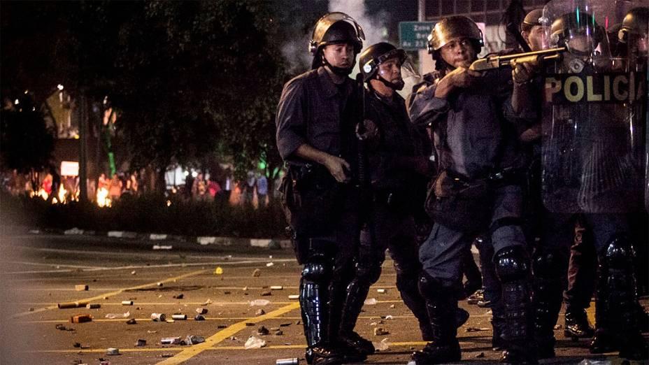 Confronto de policiais e manifestantes na rua da Consolação durante protesto contra o aumento da tarifa de ônibus, na cidade de São Paulo