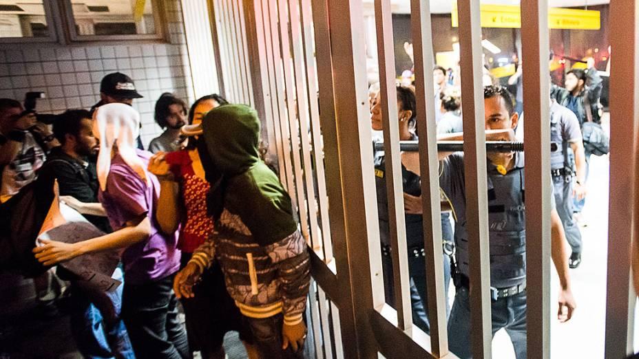 Manifestamtes em frente estação Faria Lima do metro, em São Paulo