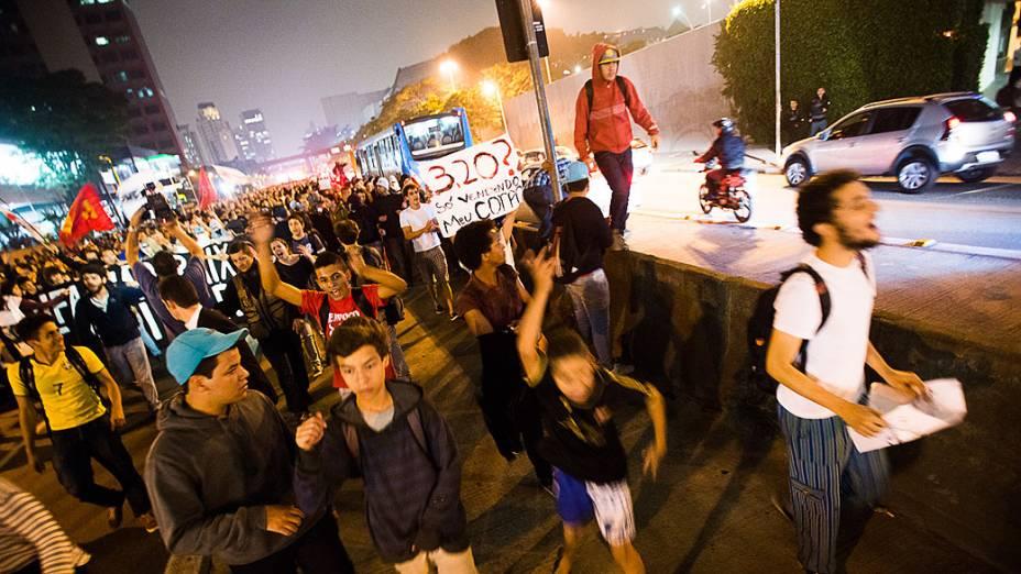 Manifestação organizada pelo movimento Passe Livre, ocupa pistas da Marginal Piheiros, em São Paulo