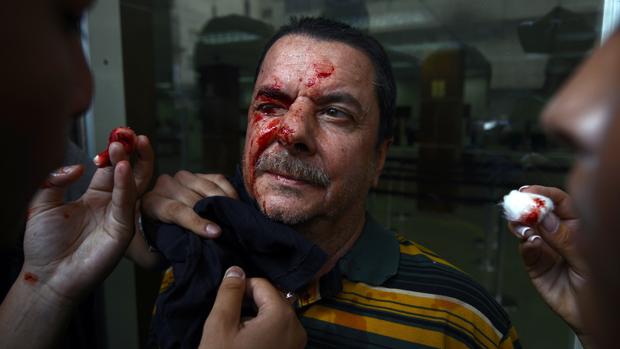 Homem é socorrido em manifestação contra o governo da Venezuela
