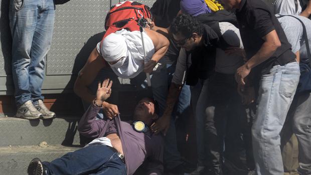 Homem é ferido durante em protesto contra o governo do presidente da Venezuela, Nicolas Maduro, em Caracas