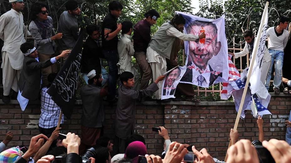 Manifestantes preparam caricatura do presidente Obama para incendiá-la em Cabul, Afeganistão