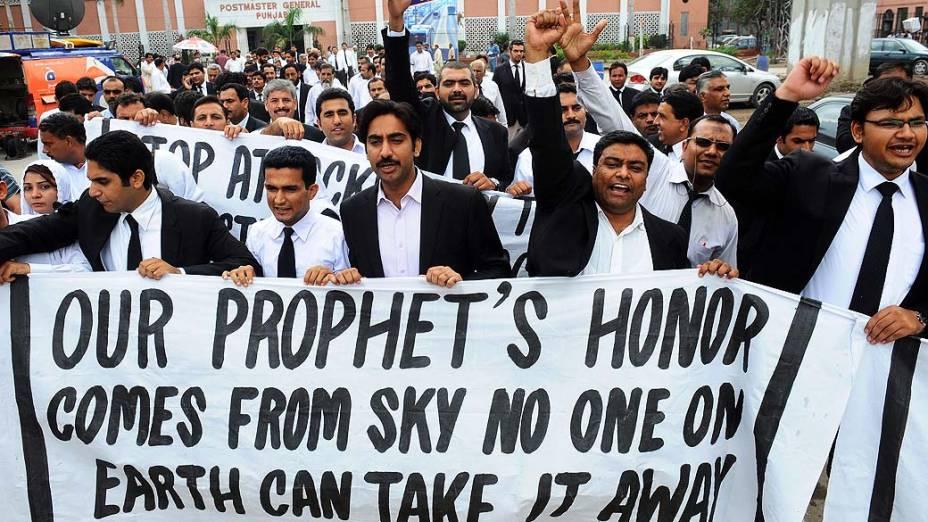 Advogados protestam contra o filme que satiriza os mulçumanos em Lahore, Paquistão