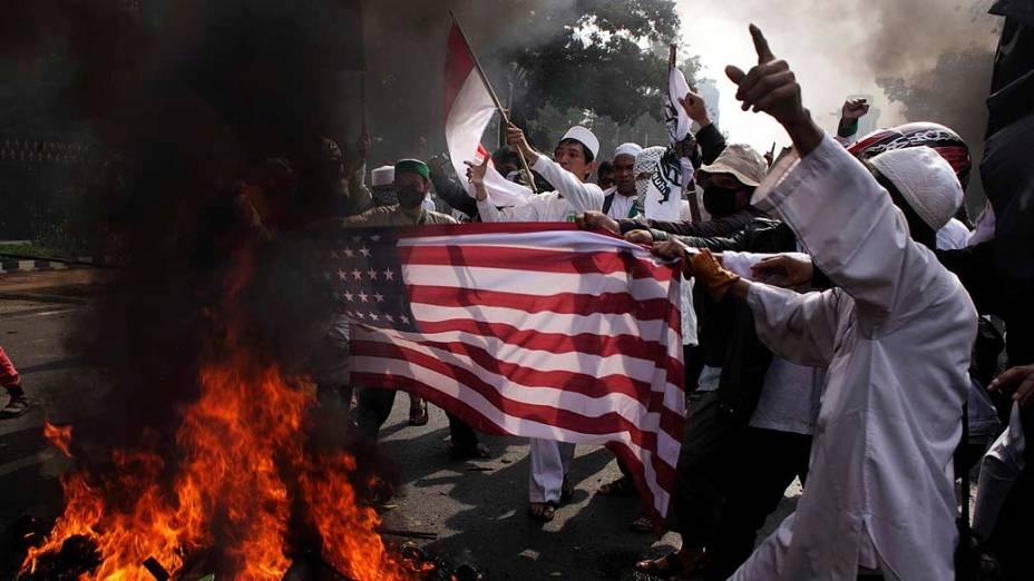 Manifestantes durante protesto contra o filme que satiriza os mulçumanos em Jacarta, Indonésia