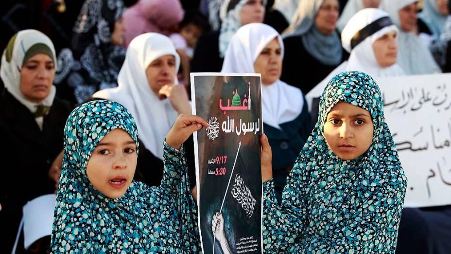 """Garotas seguram poster com os dizeres """"Seja agressivo pelo profeta de Deus"""" em Amã, Jordânia"""
