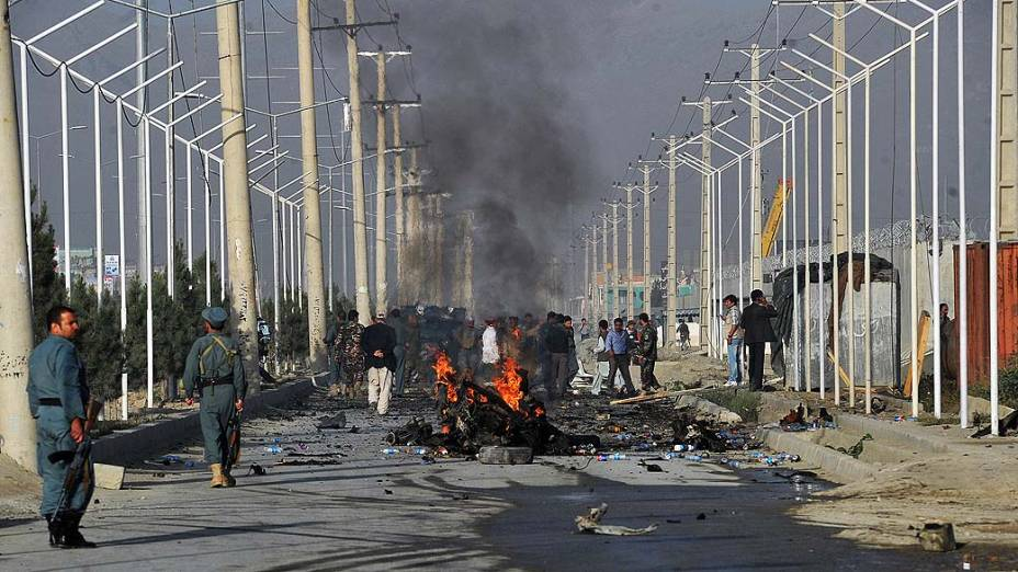 Destroços do veículo que levava 12 trabalhadores estrangeiros e sofreu um ataque suicida deixando 10 mortos em Cabul, Afeganistão