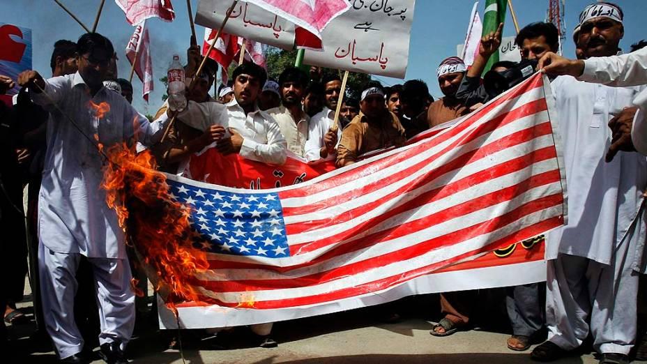 Manifestantes durante protesto contra o filme que satiriza os mulçumanos em Peshawar, Paquistão