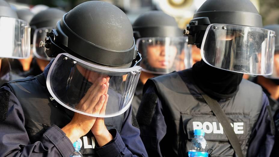 Três pessoas morreram e dezenas ficaram feridas durante confrontos entre a polícia e manifestantes que exigem a renúncia da primeira-ministra Yingluck Shinawatra, acusada nesta terça-feira (18) de negligência pela comissão anticorrupção da Tailândia