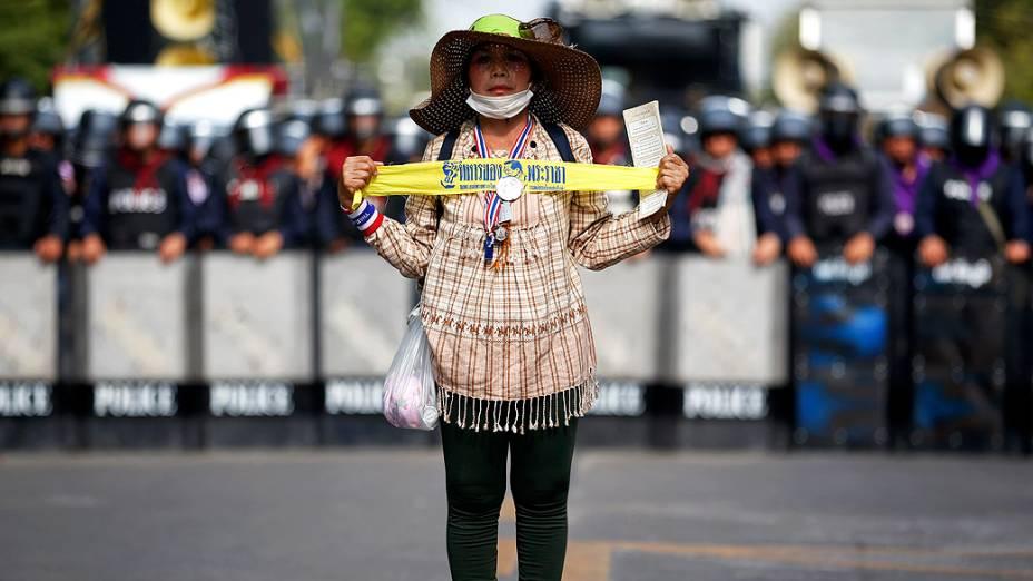Manifestante participa de protesto contra a gestão da primeira-ministra da Tailândia, Yingluck Shinawatra, pelas ruas de Bangcoc, nesta terça-feira (18)