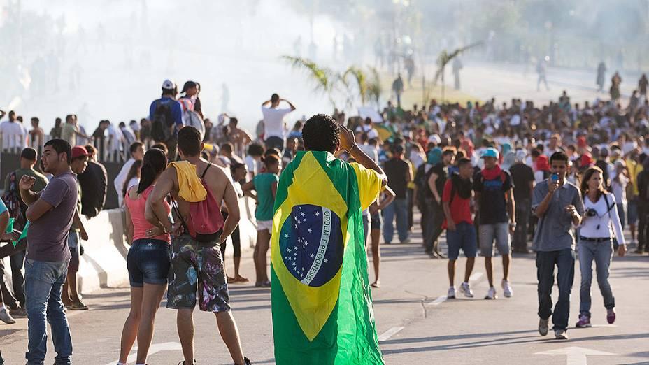 Belo Horizonte - Manifestantes entram em confronto com a polícia durante protesto nas proximidades do estádio do Mineirão, em Belo Horizonte