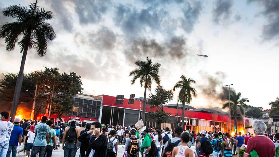 Belo Horizonte - Manifestantes fazem marcha nas proximidades do estádio do Mineirão, em Belo Horizonte
