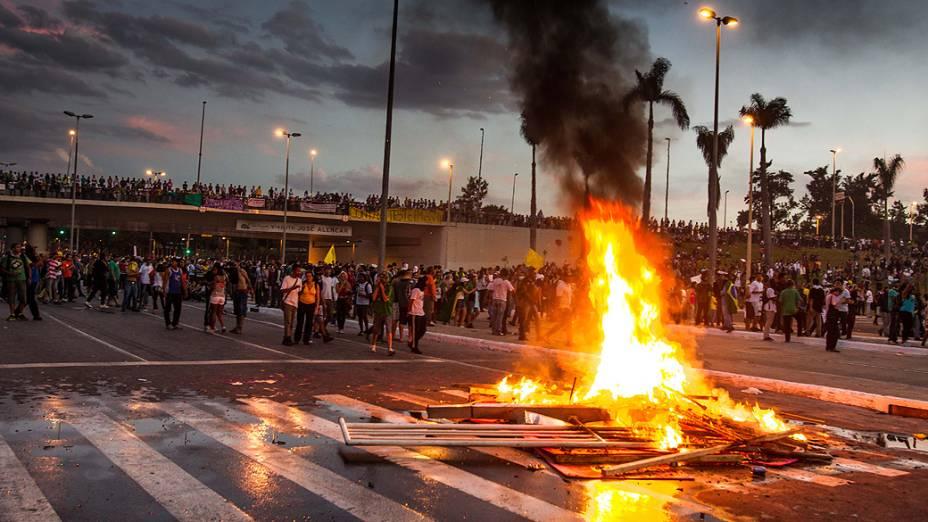 Belo Horizonte - Manifestantes colocam fogo em lixo nas proximidades do estádio do Mineirão, em Belo Horizonte