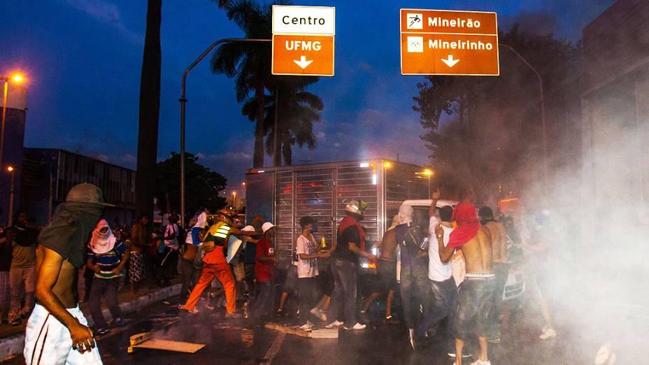 Belo Horizonte - Vândalos quebram carro no meio dos protestos. em Belo Horizonte