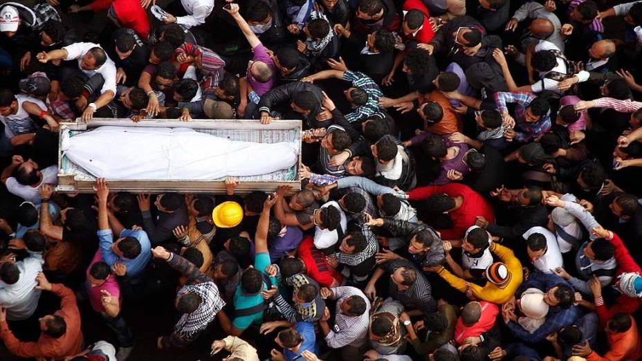 Multidão carrega caixão de Gaber Salah, ativista morto após ser gravemente ferido em confronto na Praça Tahrir, no Cairo