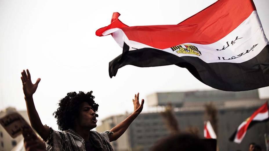 Manifestantes protestam contra decreto do presidente Mohamed Mursi, na Praça Tahrir