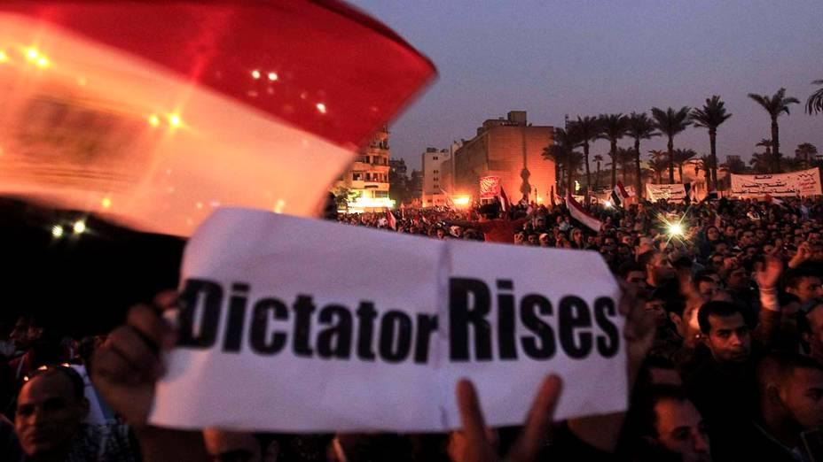 Na Praça Tahir, no Cairo, manifestantes protestam contra a decisão do presidente Mohamed Mursi de ampliar seus poderes. No cartaz, a frase: Surge um ditador
