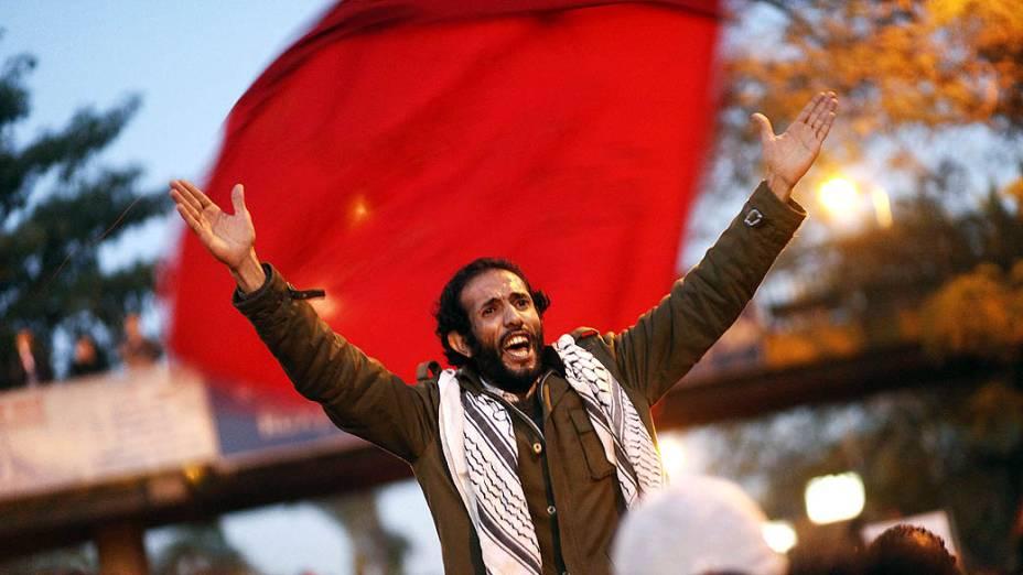 Manifestante durante protesto em frente ao Palácio Presidencial, no Cairo