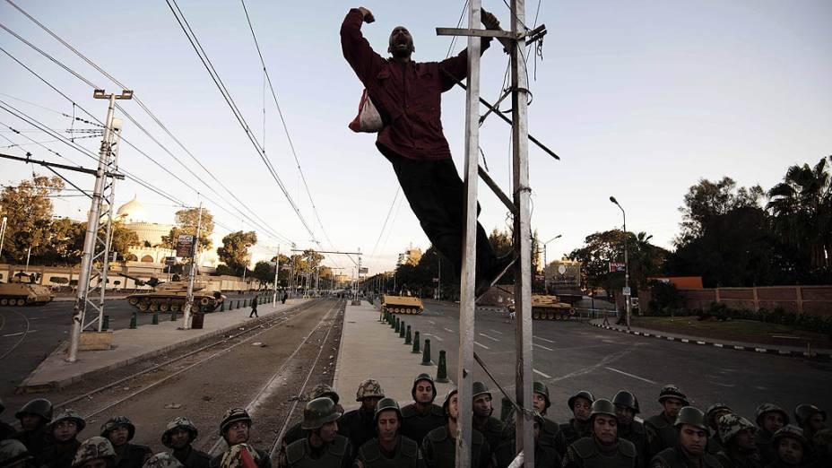 Manifestante durante protesto contra o Presidente Mohamed Mursi próximo ao Palácio Presidencial, no Cairo