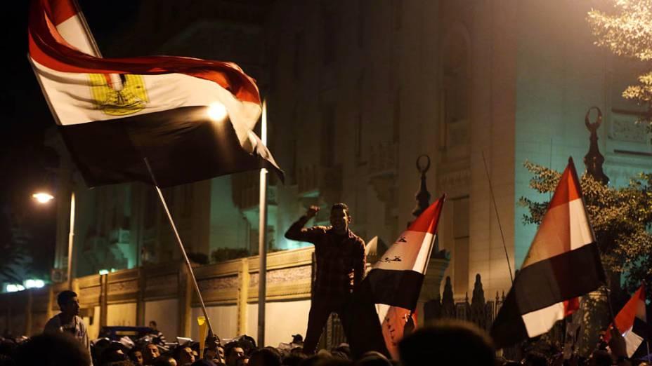 Milhares de manifestantes no protesto contra o Presidente Mohamed Mursi em frente ao Palácio Presidencial (07/12), no Cairo