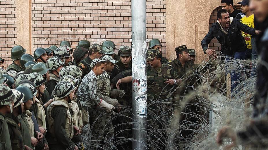 Soldados egípcios e manifestantes durante protesto, próximo ao Palácio Presidencial, no Cairo