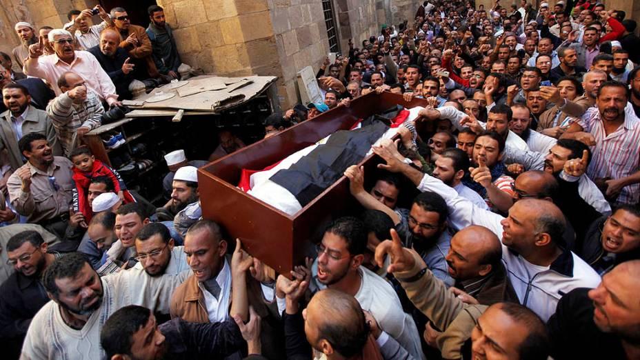 Partidários do presidente Mohamed Mursi carregam caixão de Mohamed Mamdouh al-Husseini, morto em confronto em frente ao Palácio Presidencial, em 07/12