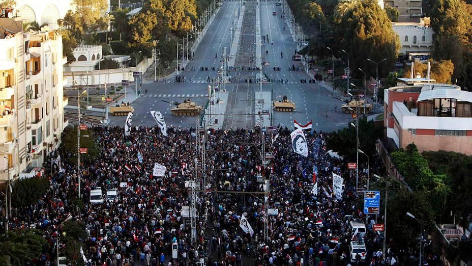 Milhares de manifestantes Anti-Mursi durante protesto em frente ao Palácio Presidencial, no Cairo, em 07/12