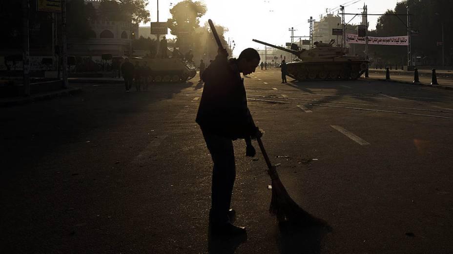 Manifestante durante protesto (08/12) contra o Presidente Mohamed Mursi próximo ao Palácio Presidencial, no Cairo