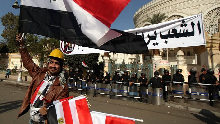 Vendedor de bandeiras e policiais em frente ao Palácio Presidencial, no Cairo