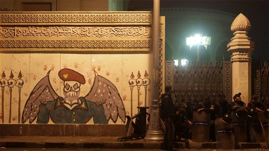 Policiais em frente ao Palácio Presidencial, no Cairo