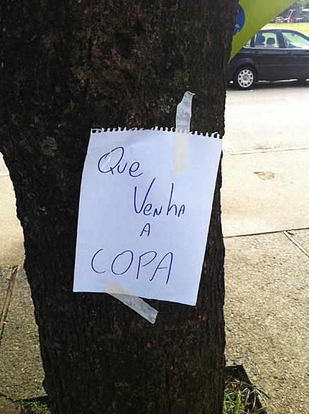 Usuários protestam contra a paralisação do Metrô e CPTM na região de Itaquera, que será a sede paulista para a Copa do Mundo de 2014