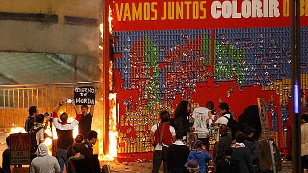 Momento em que que o painel da Coca-Cola alusivo à Copa das Confederações é incendiado na Praça do Ciclista