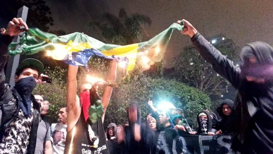 São Paulo - Anarquistas queimam bandeira nacional em frente ao Masp, durante protesto contra o aumento da tarifa do transporte público
