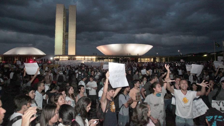 Brasília - Manifestantes se reúnem em frente ao Congresso, para protestar contra o aumento das passagens do transporte público