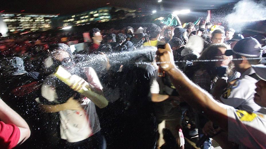 Brasília - Manifestantes saem em passeata pela Esplanada dos Ministérios até o Congresso Nacional onde enfrentaram policiais