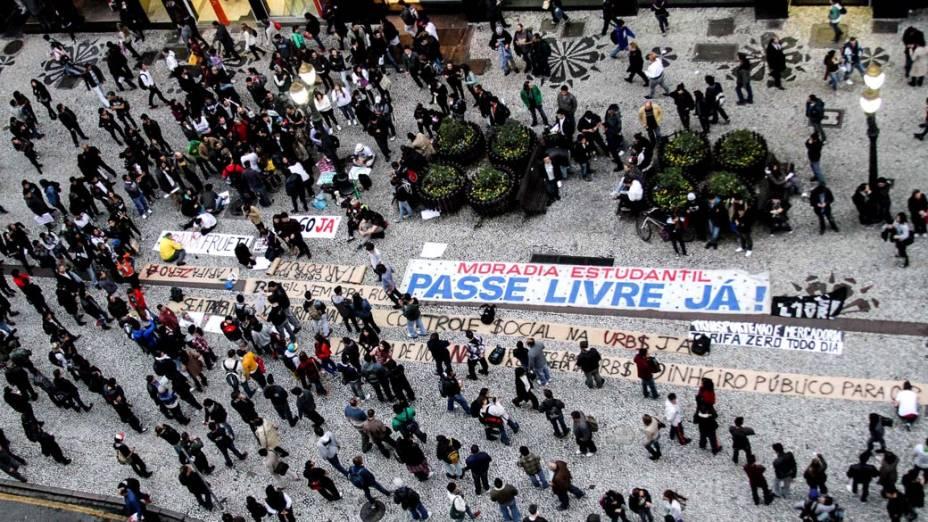 Curitiba- Manifestantes re reúnem para protestar contra o aumento das passagens do transporte público
