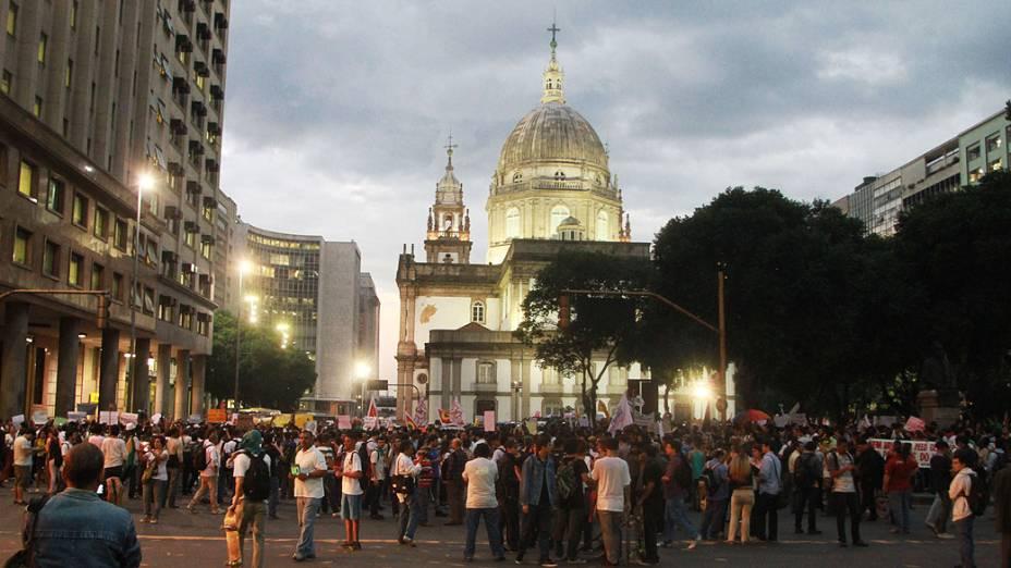 Rio de Janeiro - Manifestação conta o contra o aumento de tarifas de ônibus, no região central do Rio de Janeiro
