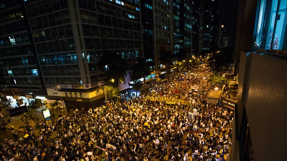 Rio de Janeiro - Manifestação contra o aumento de tarifas de ônibus na região central do Rio