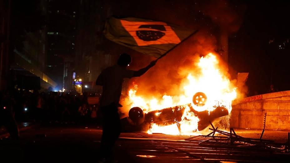 Rio de Janeiro - Carro incendiado em frente a Assembleia Legislativa do Rio de Janeiro durante protestos na região central da cidade