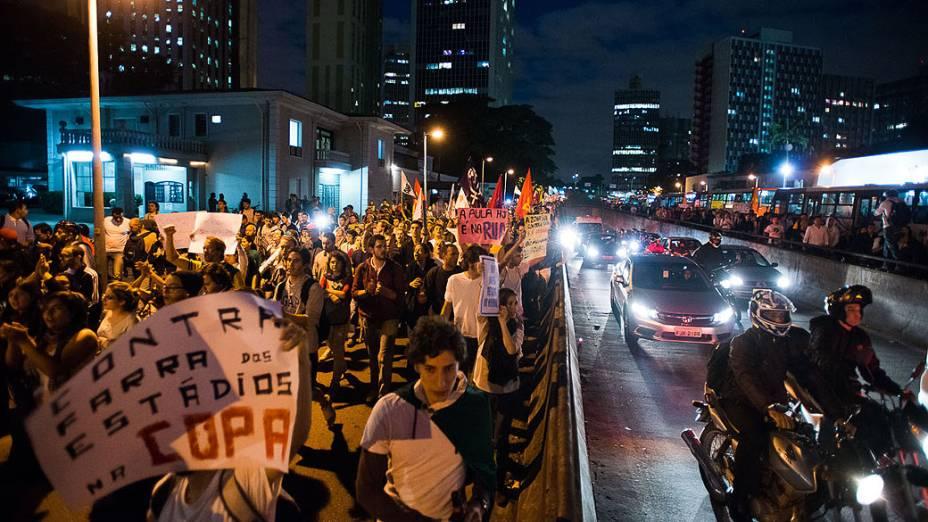 São Paulo - Manifestantes ocupam as ruas da cidade em protesto na noite de segunda-feira, 17 -