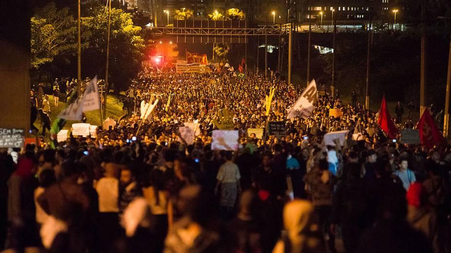 São Paulo - Manifestantes ocupam Marginal Pinheiros para protestar contra o aumento das passagens do transporte público