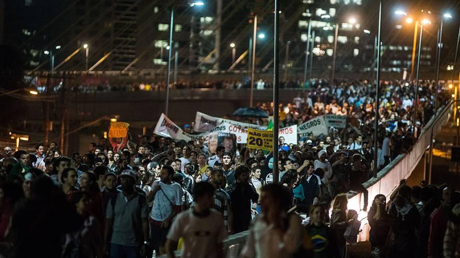 São Paulo - Manifestantes passam pela Ponte Estaiada na segunda-feira, 17