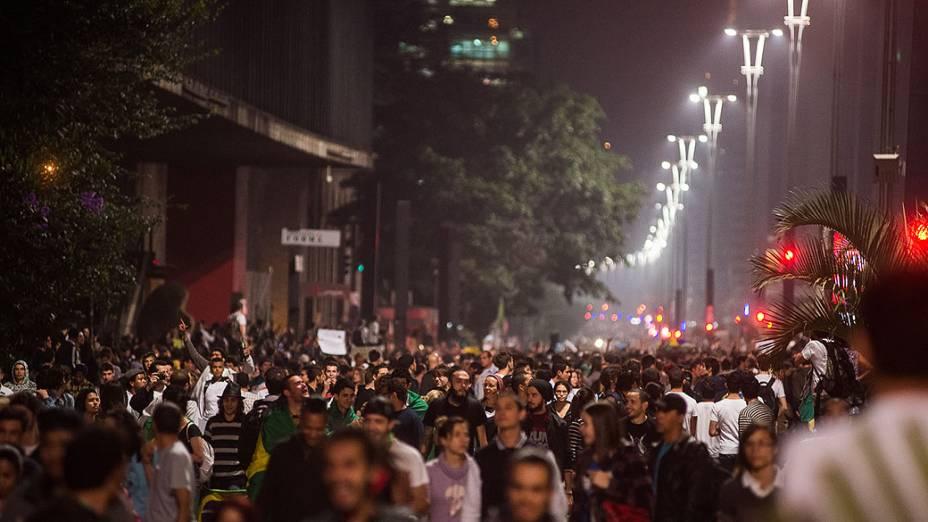 São Paulo - Manifestantes ocupam a Avenida Paulista em frente ao vão livre do Masp na noite de segunda-feira, 17 -